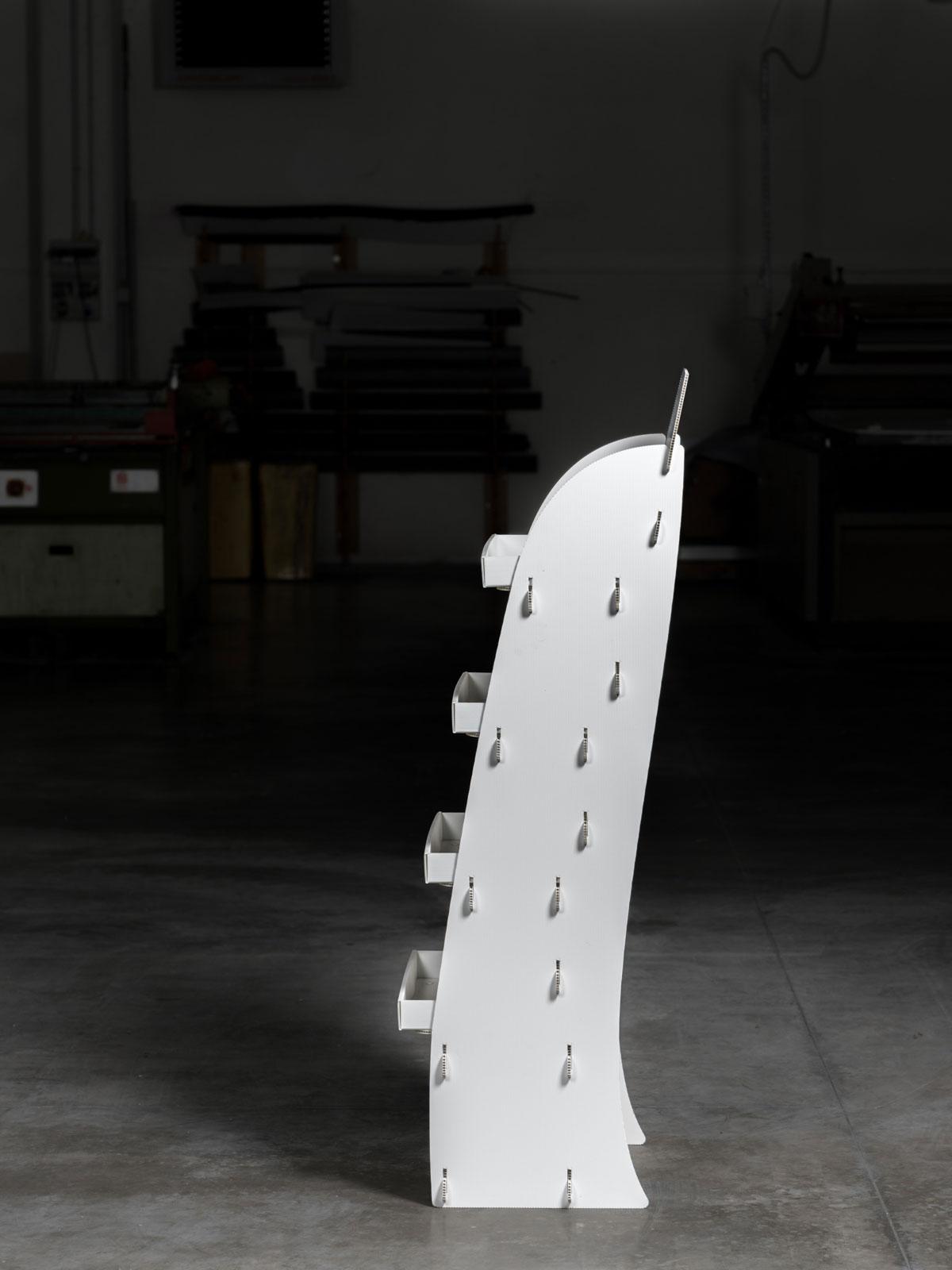Espositore a ripiani in plastica personalizzabile